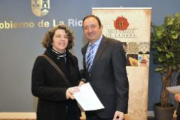 Plar recibiendo certificado de artesana de manos de Pedro Sanz